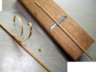 竹を薄く削り出す
