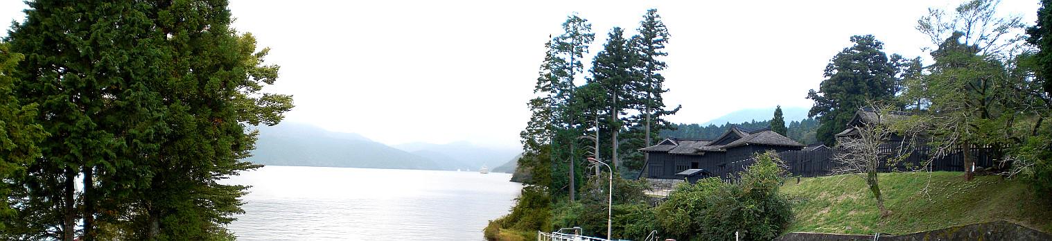 芦ノ湖に浮かぶような「箱根関所」