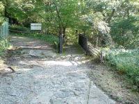 小橋を渡って江戸時代の石畳を下る