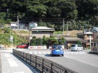 早川に掛かる三枚橋(右折)