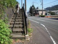 歩道は階段を上る
